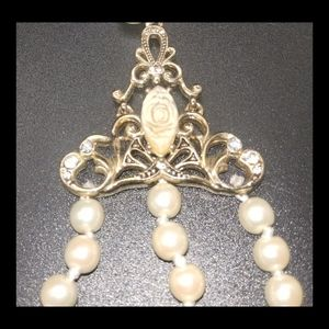 Jewelry - Baroque Style Faux Pearls Choker w/White Flowers